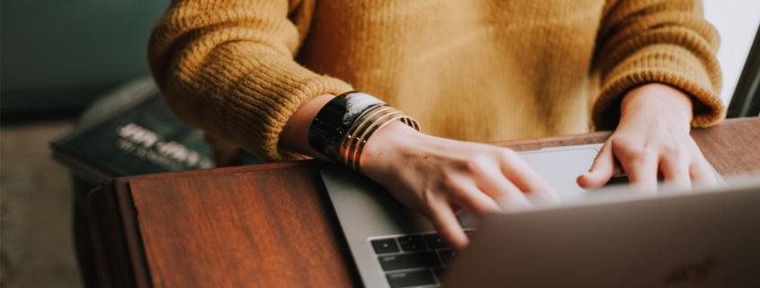 Persona lavorando al computer