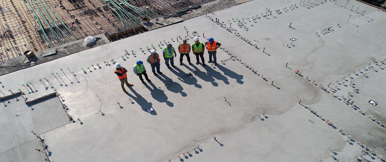 Lavoratori con elmetto in una azienda